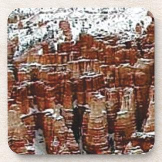 Dessous-de-verre neige et glace dans le formationsf de roche