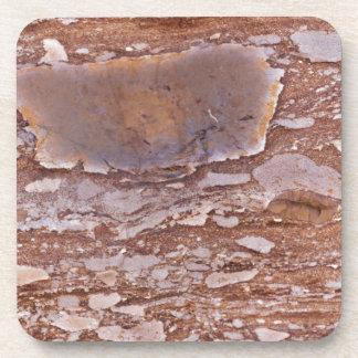 Dessous-de-verre Surface d'un grès rouge avec les geods siliceux