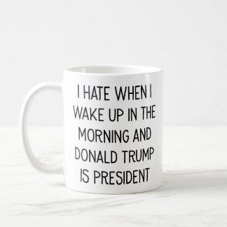 Détestez pour se réveiller avec Donald Trump comme Mug
