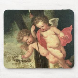 Deux anges volants, jugeant la couronne des épines tapis de souris
