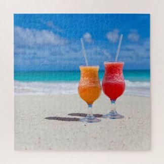 Deux boissons sur le puzzle côtier de plage