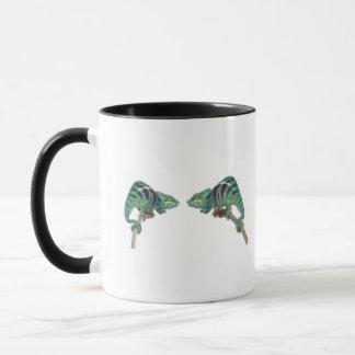 Deux caméléons de panthère fouineurs soient tasses
