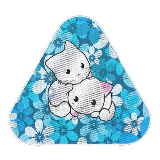 Deux chatons sur l'arrière - plan bleu haut-parleur bluetooth