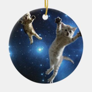 Deux chats de l'espace flottant autour de la ornement rond en céramique
