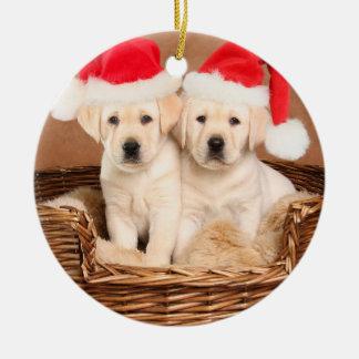 Deux chiots jaunes de Noël de laboratoire Ornement Rond En Céramique