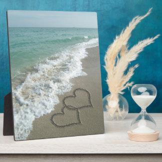 Deux coeurs de sable sur la plage, océan impression sur plaque