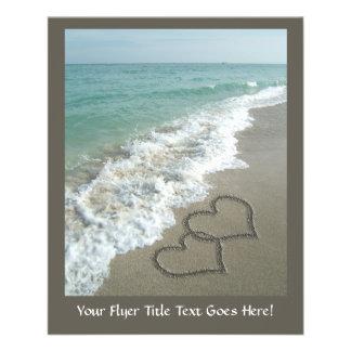 Deux coeurs de sable sur la plage, océan prospectus 11,4 cm x 14,2 cm
