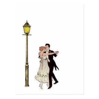 Deux danseurs des années 1920 et réverbères carte postale