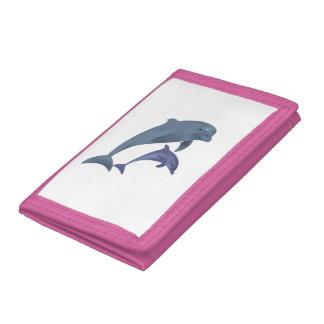 Deux dauphins tropicaux sautant près de l'un