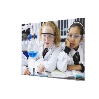 Deux filles dans des manteaux de port de toiles