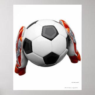 Deux gants de gardiens de but tenant un football affiches