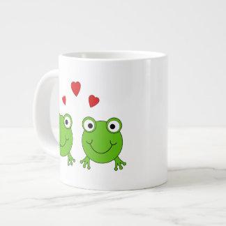 Deux grenouilles vertes avec les coeurs rouges mugs extra larges
