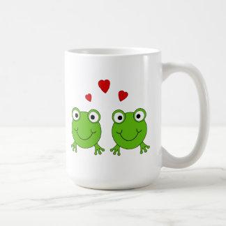 Deux grenouilles vertes avec les coeurs rouges tasse à café