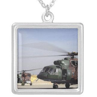 Deux hélicoptères irakiens de la hanche Mi-17 Pendentif Carré
