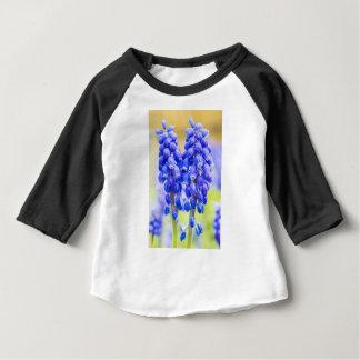 Deux jacinthes de raisin bleues au printemps t-shirt pour bébé