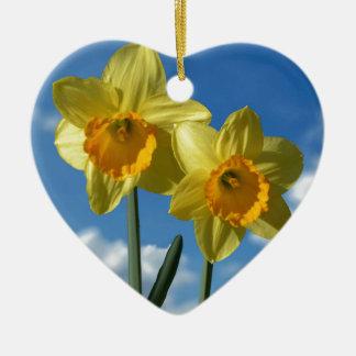 Deux jonquilles jaunes 2,2 ornement cœur en céramique