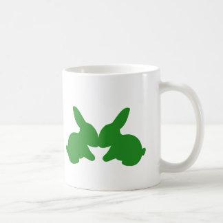 Deux lapins embrassant sur une tasse de café