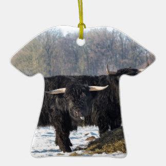Deux montagnards écossais noirs dans la neige ornement t-shirt en céramique