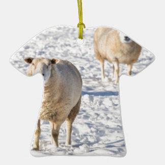 Deux moutons se tenant dans la neige pendant ornement t-shirt en céramique