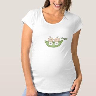 Deux pois dans le T-shirt de cosse