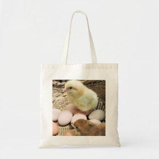 Deux poulets de bébé dans un panier des oeufs tote bag