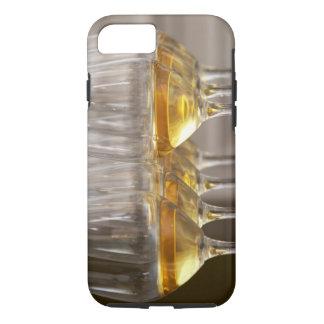 deux rangées des verres d'échantillon de vin avec coque iPhone 7