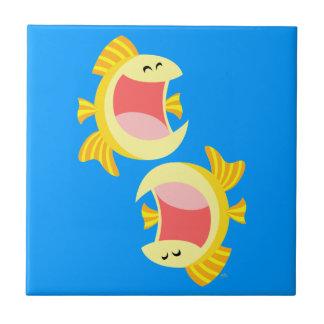 Deux tuiles et trépieds mignons de poissons de ban petit carreau carré