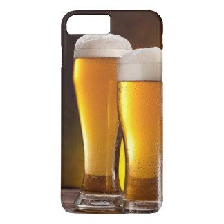 Deux verres de bières sur une table en bois coque iPhone 7 plus