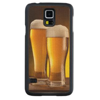 Deux verres de bières sur une table en bois coque slim galaxy s5 en érable