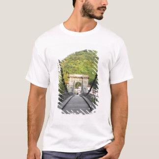 Di Lucques, Toscane, Italie - un vieux pont de T-shirt
