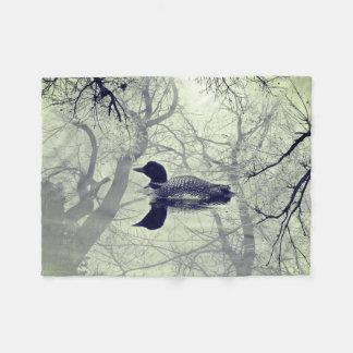 Dingue noir et blanc sur une couverture de jet de