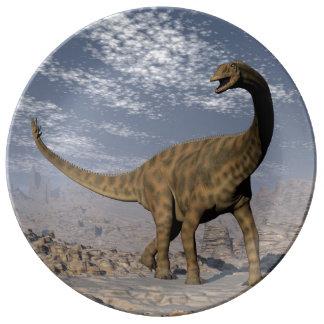 Dinosaure de Spinophorosaurus marchant dans le Assiettes En Porcelaine