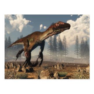 Dinosaure d'Utahraptor dans le désert Carte Postale