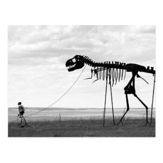 Dinosaure squelettique de marche d'homme carte postale