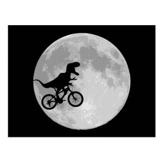 Dinosaure sur un vélo en ciel avec la lune cartes postales