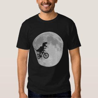 Dinosaure sur un vélo en ciel avec la lune t-shirts