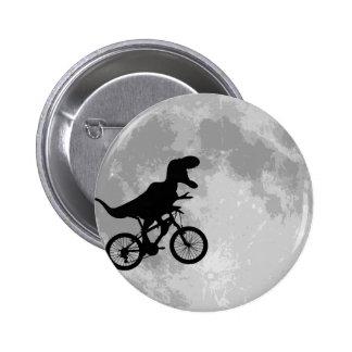 Dinosaure sur un vélo en ciel avec l'amusement de  badge rond 5 cm