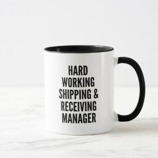 Directeur travaillant dur d'expédition et de mug