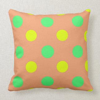 Dirigez le point de polka jaune et brun vert en coussin