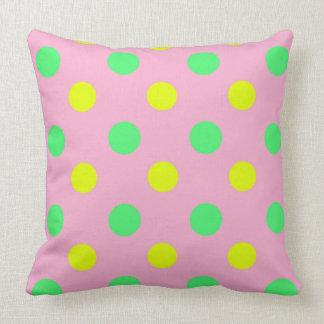 Dirigez le point de polka jaune et rose vert en coussins carrés