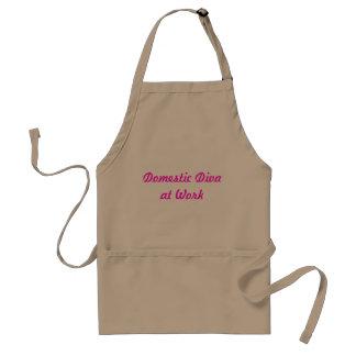 Diva domestique au tablier kaki et rose de travail