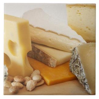 Divers fromages sur le hachoir grand carreau carré