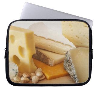 Divers fromages sur le hachoir housses ordinateur portable