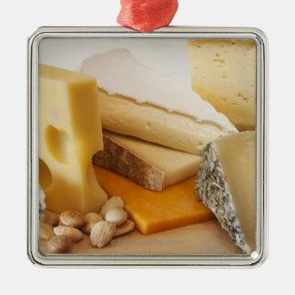 Divers fromages sur le hachoir ornement carré argenté