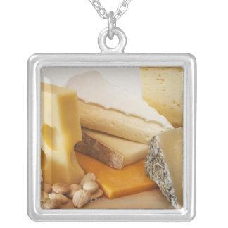 Divers fromages sur le hachoir pendentif carré