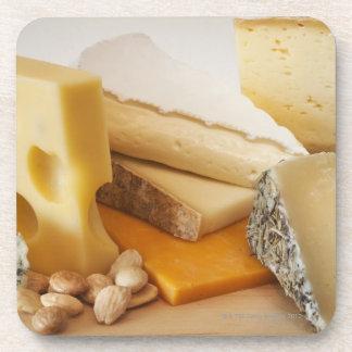 Divers fromages sur le hachoir sous-bocks