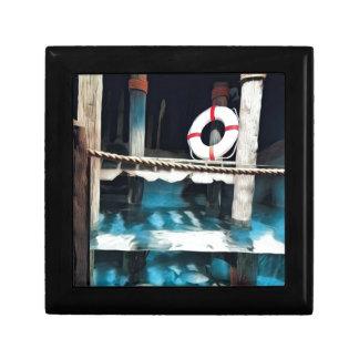Dock artistique de bateau avec l'anneau de petite boîte à bijoux carrée