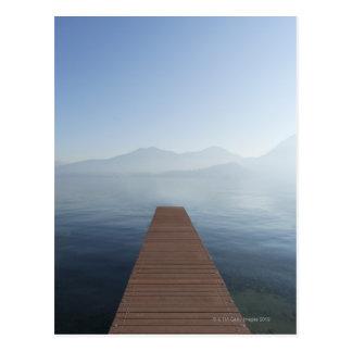Dock dans un lac carte postale
