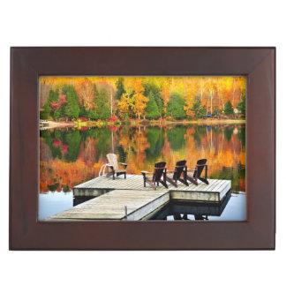 Dock en bois sur le lac autumn boîtes à souvenirs
