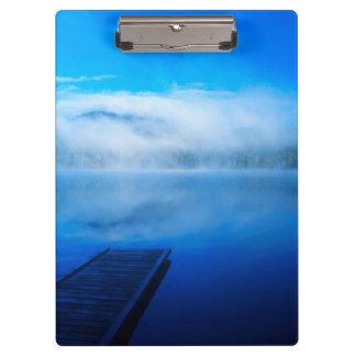 Dock sur le lac brumeux calme, la Californie
